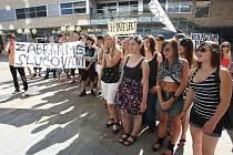 Studenti z Děčína protestují před krajským úřadem.