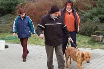 Ridgbeck Ron odchází se svým novým pánem. Oba psi byli v útulku již od srpna.