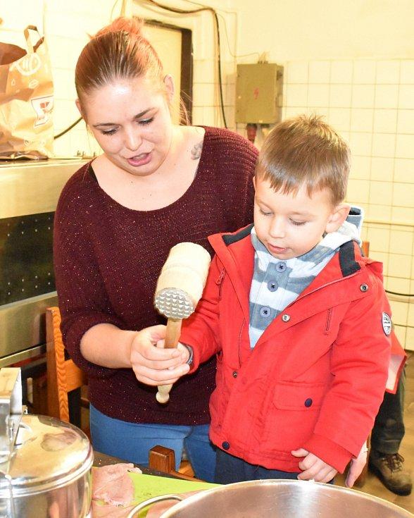 Příprava dobročinné štědrovečerní večeře v českokamenické hospůdce.