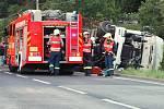 V Jílovém Martiněvsi se převrátil kamion s pšenicí.