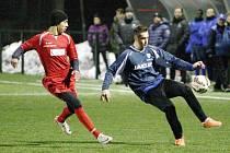 DEBAKL. Fotbalisté Rumburka (červené dresy) prohráli s Českou Lípou vysoko 0:6.