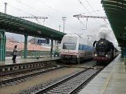 Průjezd vlaku taženého parní lokomotivou děčínským nádražím.