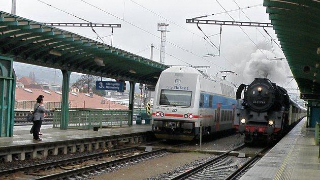 Parní vlak projíždí děčínským hlavním nádražím