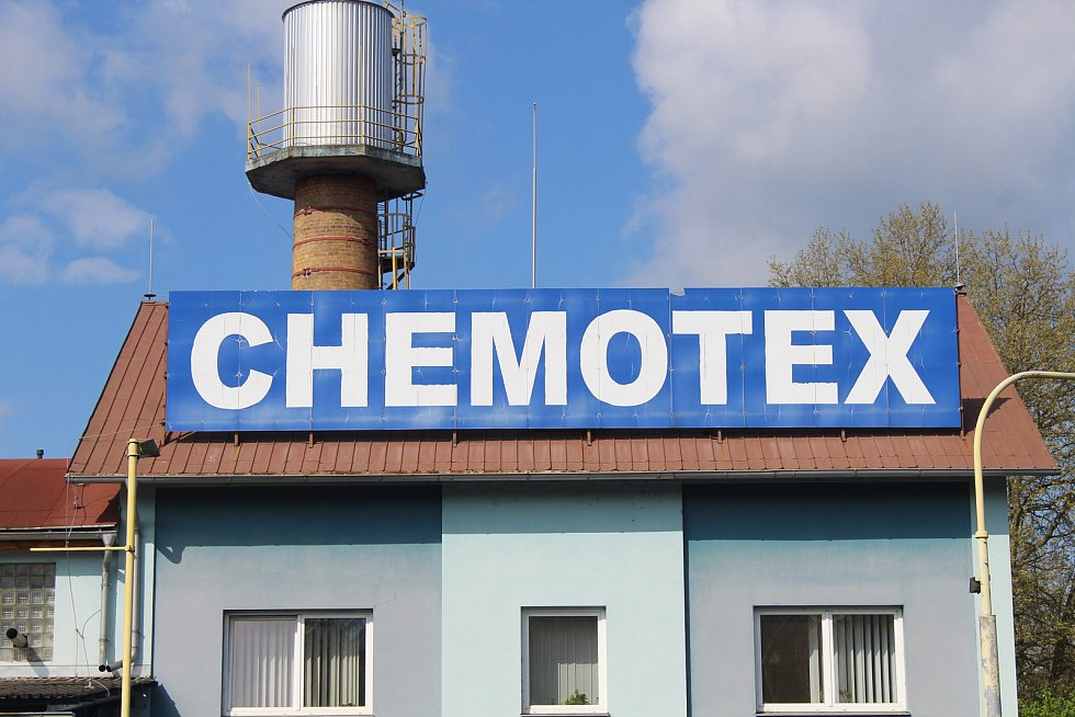 Při úniku fenolu v děčínské chemičce Chemotex se zranilo téměř dvacet lidí. Dva zemřeli.
