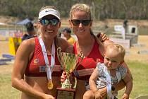 ZLATÁ MEDAILE z Australské tour – leden 2020. Vlevo Lucie Michalovičová, vpravo Michaela Mokrohajská se dcerou Lanou.