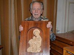 Prakticky všechny  betlémy Vladimíra Cejnara  v adventním čase putovaly na nejrůznější výstavy. Vánoční symboliku tak představuje jedna z nejnovějších plastik, ztvárňující Pannu Marii a Jezulátko.