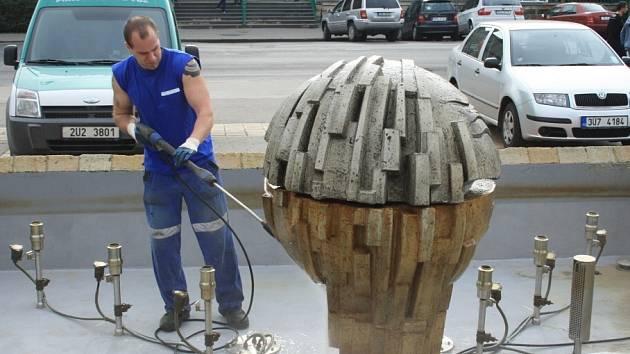 Tento týden začalo v Děčíně postupné čištění kašen. Městose tak připravuje na zahájení jejich provozu.