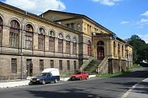 České dráhy se rozhodly zbavit historické budovy děčínského východního nádraží, která byla postavena v letech 1873 1874.
