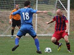 PORÁŽKA. Jiříkov (v modrém) doma padl s Hostovicemi 0:1.