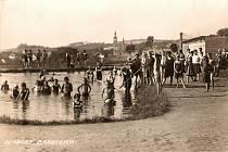 Koupaliště v Mikulášovicích je dnes velmi oblíbeným místem pro letní odpočinek. Stejně tomu bylo v časech před druhou světovou válkou, kdy zde místní nacházeli v parných dnech osvěžení.