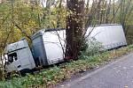 Kamion sjel u Valkeřic ze stráně a zůstal zaklíněný mezi stromy nad řekou