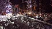 Těžký sníh lámal na Šluknovsku stromy.