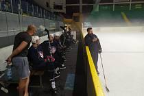 Děčínští hokejisté už trénují na ledě.