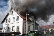POŽÁR AUTODÍLNY  ve Varnsdorfu zdevastoval rodinný domek.