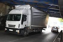 Pod železničním mostem v Děčíně ve Stavební ulici uvízl kamion.