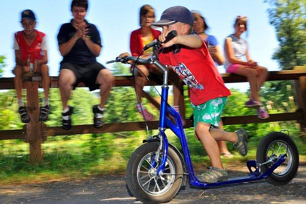 Spolek přátel Doubice uspořádal pro děti i dospělé všech věkových kategorií koloběžkové závody na hrázi rybníka.