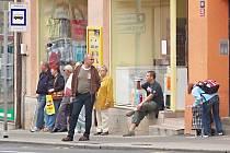Kolem muže popíjejícího na zakázaných místech v Děčíně strážníci i policisté projeli bez povšimnutí. Nereagovali ani kolemjdoucí.