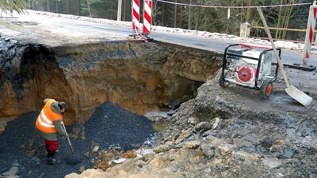 Opravit musí celou řadu propustí, zdí a mostů