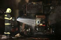 Hasiči likvidovali požár v Janské. Plameny pohltily traktor a halu drůbežárny