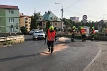 Hasiči v Jílovém odstraňovali olejovou skvrnu ze silnice