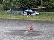 Vrtulník nabírající vodu v Labi.