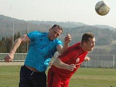 FOTBALISTÉ MODRÉ (vlevo stoper Pazdera) doma proti Neštěmicím herně vyhořeli.