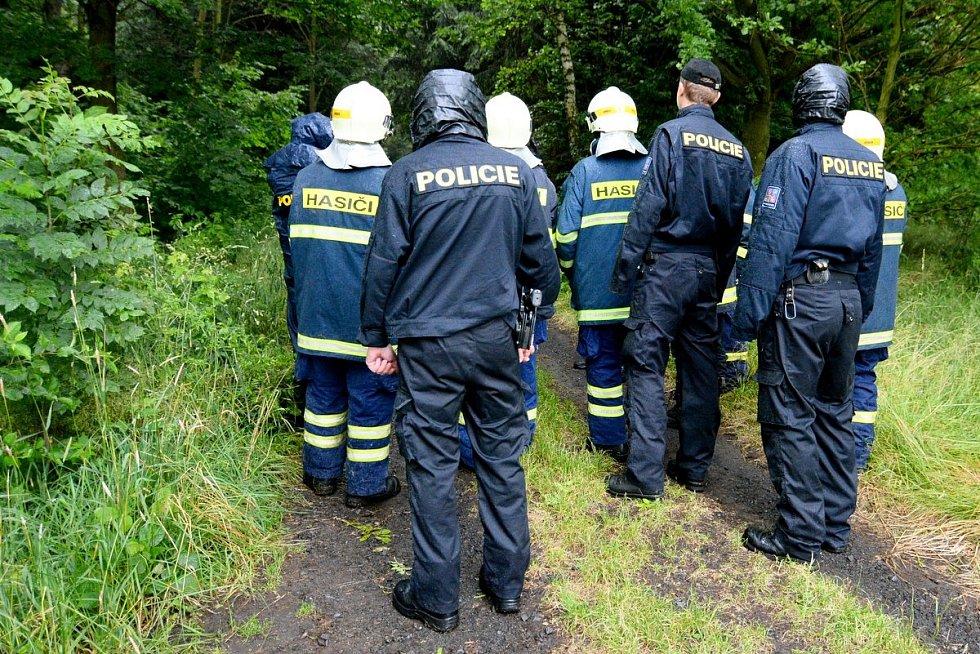 Hasiči i policisté pátrali v těžkém terénu.