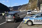 Policisté kontrolovali i o víkendu dodržování zákazu překračování hranic okresu