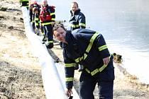 Kvůli úniku oleje museli postavit hasiči na soutoku Suché Kamenice a Labe nornou stěnu.