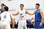 PADLA STOVKA. Děčínští basketbalisté (v bílém) porazili Opavu 100:79.