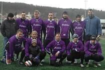 BÝVALÍ ZÁSTUPCI FK Pelikán Děčín (fialové dresy) sehráli přátelské utkání proti České Kamenici.
