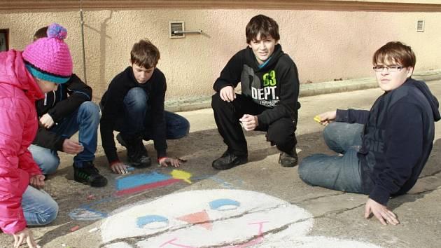 Děti malovaly sněhuláky pro Afriku.