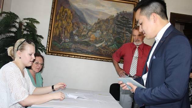 Ve Hřensku má volební komise na seznamu 202 voličů.