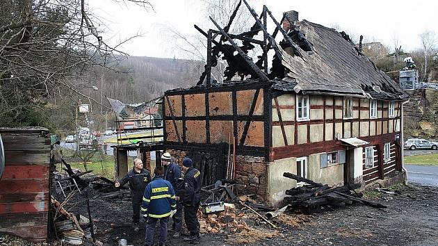 V Jílovém hořela roubenka. V domě nikdo nebyl.