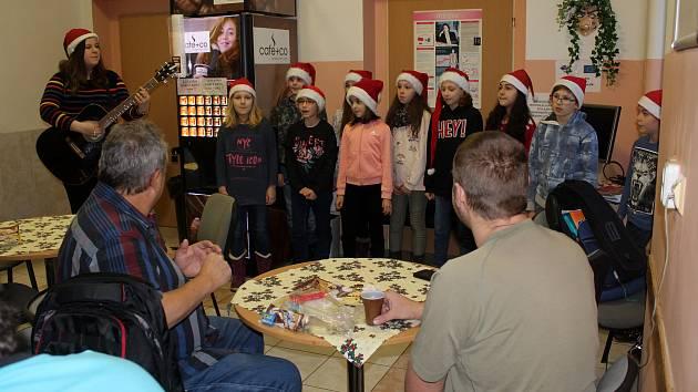 Zaměstnanci nemocnice pro dárce krve připravili vánoční atmosféru.