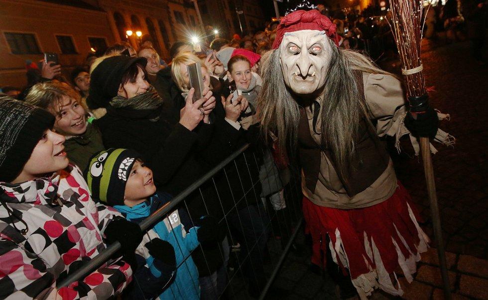 Po náměstí v Benešově nad Ploučnicí se proháněli čerti krampusáci