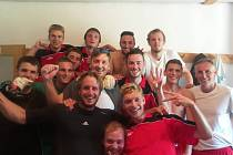 FOTBALISTÉ DOBKOVIC a jejich radost v kabině po utkání s Březinami.