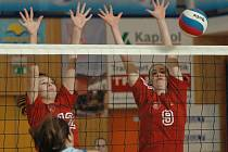 PARÁDA! Děčínské juniorky nebyly v mezibaráži poraženy. Na snímku blokuje Káťa Šrajerová (vlevo) a Míša Matějková.