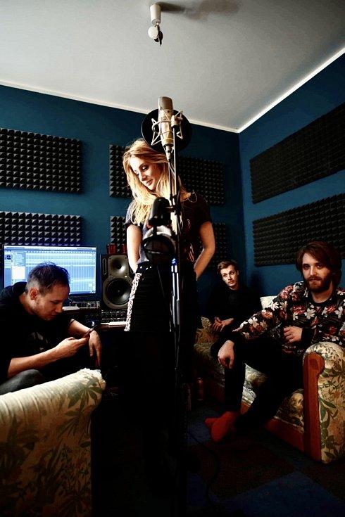 Sabina Křováková z Děčína natočila nový videoklip k písničce Hrdina. Klip vznikl v novobarokním sálku.