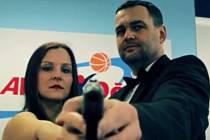 Trenér BK Děčína Pavel Budínský (vpravo) střílí na videu z pistole.