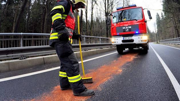 Na silnici vedoucí ze Svoru na Rumburk hasiči provedli zasypaní silnice.