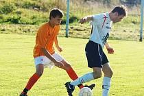FOTBALISTÉ TĚCHLOVIC (v bílém) hladce porazili 4:0 Markvartice (v oranžovém).