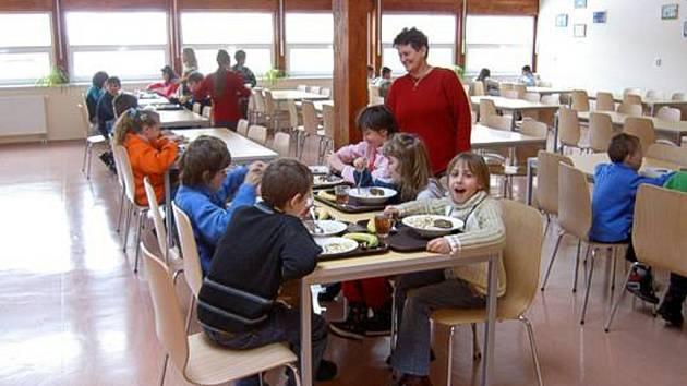 Ve školních jídelnách budou za oběd platit více.