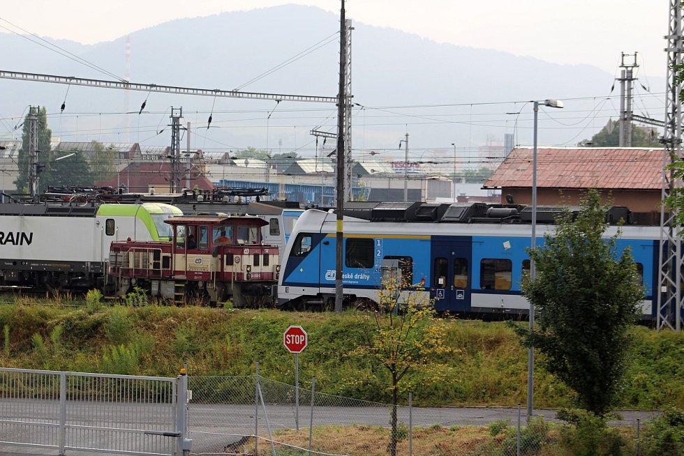 Muž, který vylezl na stožár s trolejemi, zastavit dopravu na železničním koridoru do Německa.