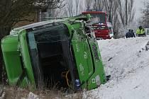 Nehoda autobusu a dvou osobních aut na silnici I/13 poblíž Libouchce na Ústecku.