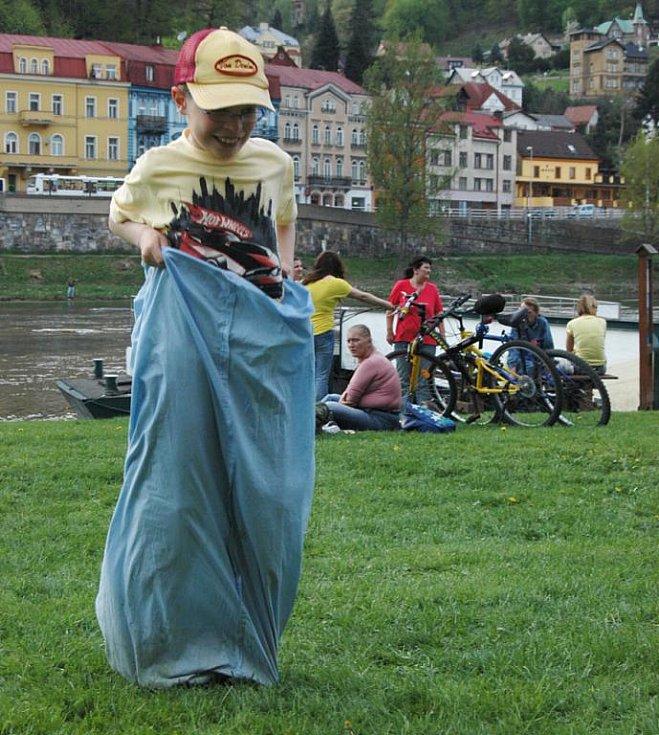 Už tradiční největší děčínské Pálení čarodějnic se opět konalo na Smetanově nábřeží.