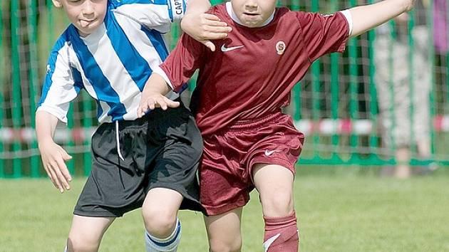 Mladí fotbalisté už opuštějí haly a stěhují se na venkovní hřiště.