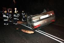 V pondělí večer skončilo při dopravní nehodě v Děčíně auto na střeše.