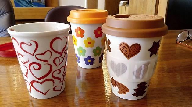 Poháry TO GO z dubského porcelánu