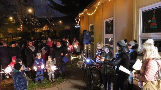 Před mateřskou školou K. H. Borovského v Děčíně Boleticích se sešlo přes 100 zpívajících dětí a dospělých, aby se společně zapojili do akce Česko zpívá koledy. Na začátku všichni uctili minutou ticha památku obětí tragédie v Ostravě.